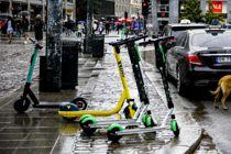 <p>I Oslo og i flere andre byer står elsparkesykler til hinder for fotjengere i gågater og på fortau. Nå tar både Norsk Kommunalteknisk Forening og bransjen selv til orde for opprydning.</p>