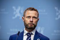 <p>Det er per nå ikke planer om å gi et generelt påbud om munnbind når man er ute, for eksempel, sier helse- og omsorgsminister Bent Høie (H) til NRK fredag morgen.</p>