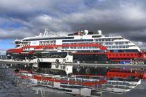 <p>Fire passasjerer fra Hurtigrutens skip Roald Amundsen var søndag kveld bekreftet smittet med koronaviruset, to på hver av skipets to siste seilaser. 36 av besetningen har testet positiv. Her seiler skipet fra Tromsø og til Svalbard 24.juli. Her ligger skipet ved kai i Tromsø.</p>