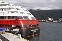 Hurtigruteskipet Roald Amundsen ved kai i Tromsø.
