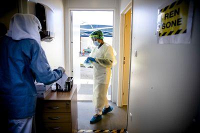 Helsesekretær Safia Abdi Muhammed (med ryggen til) og medisinstudent Mehek Ahmed har jobbet med koronatesting for Oslo kommune.