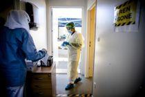 <p>Helsesekretær Safia Abdi Muhammed (med ryggen til) og medisinstudent Mehek Ahmed har jobbet med koronatesting for Oslo kommune.</p>