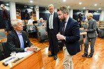 <p>Granskingsutvalgets leder Finn Arnesen, arbeids- og sosialminister Torbjørn Røe Isaksen og NAV-direktør Hans Christian Holte under pressekonferansen der rapporten etter NAV-skandalen ble presentert.</p>