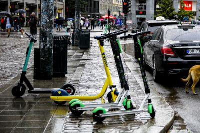 Bergen kommune ønsket midlertidig stans i utsettingen av sparkesykler, fram til det kommer en endelig rettslig avgjørelse om hvorvidt sparkesykkelfirmaer fritt kan bruke byrommet til utleie av elsparkesykler. Her fra Oslo sentrum, der mange aktører kjemper om beinet.