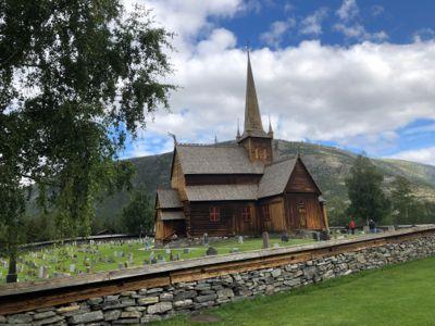 I Lom kommune, her representert ved stavkirken fra slutten på 1100-tallet, kommer folketallet til å synke og andelen eldre i kommunen kommer til å øke fram mot 2050 hvis SSB får rett i sine anslag.