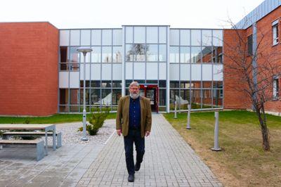 Steinar Barstad ved Senter for omsorgsforskning spør seg om årsakene til den høy smittespredningen ved svenske eldrehjem også kan ha sammenheng med bygningsmessig størrelse og standard.