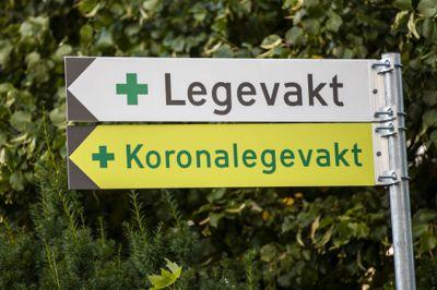 I Sarpsborg er mer enn 500 mennesker satt i karantene etter et utbrudd av Covid – 19. Her er skiltet til legevakten på Helsehuset.