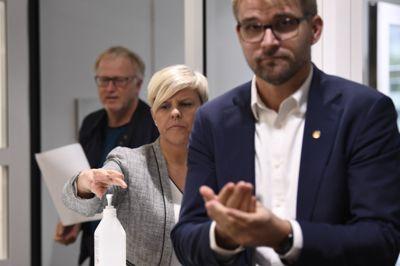 Byrådsleder Roger Valhammer og helsebyråd Beate Husa varsler tøffere tiltak for å håndtere koronasituasjonen i Bergen.