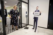 <p>Statsminister Erna Solberg (H) møter helseminister Bent Høie (H) i pappfigur under Høyres landsmøte på Gardermoen.</p>