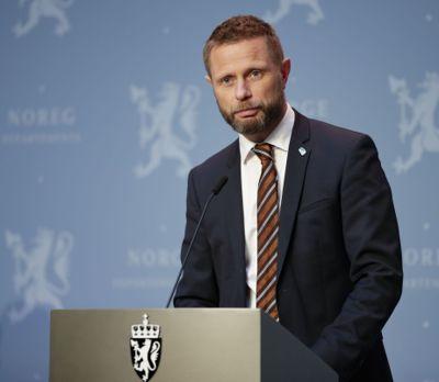 - Vi må vente flere lokale utbrudd, og kommunene må være forberedt på å ta tøffe grep for å hindre smitten i å spre seg, sier helse- og omsorgsminister Bent Høie (H).