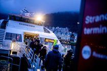 <p>Hurtigbåtene, som denne ved Strandkaien i Bergen, slipper ut mer CO₂ enn fly per passasjer per kilometer. Senest i 2024 skal hybride løsninger tas i bruk for å kutte utslippene på de lengste strekningene, krever politikerne i Vestland.</p>