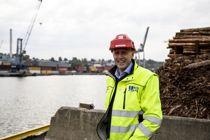 <p>Teknisk sjef Erik Gressløs i Moss Havn venter fortsatt på at det første konteinerskipet skal koble seg til landstrømanlegget de har investert 6 millioner kroner i. – Vi må nå klimamålene. Da må noen begynne, sier Gressløs, som tror et samarbeid mellom havnene vil framskynde endringer i skipsfarten.</p>