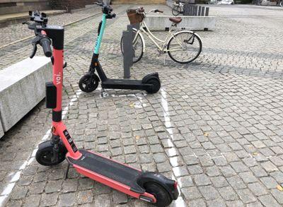 Nå skal det koste penger å parkere sparkesykler på kommunal grunn i Oslo.
