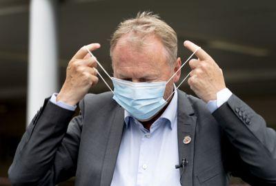 Helsedirektoratet anbefaler lokale munnbindpåbud hvis smittesituasjonen krever det. Her er det byrådsleder Raymond Johansen som tar på seg munnbind under et besøk på teststasjonen utenfor Aker legevakt i Oslo.