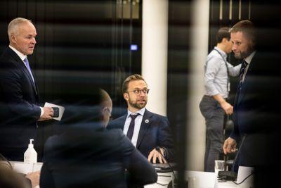 Regjeringen gir ikke kommunene økonomisk trygghet og sikkerhet med dette statsbudsjettet. Her møter Høyre-statsrådene Jan Tore Sanner, Nikolai Astrup og Bent Høie KS og arbeidstakerorganisasjonene tirsdag.