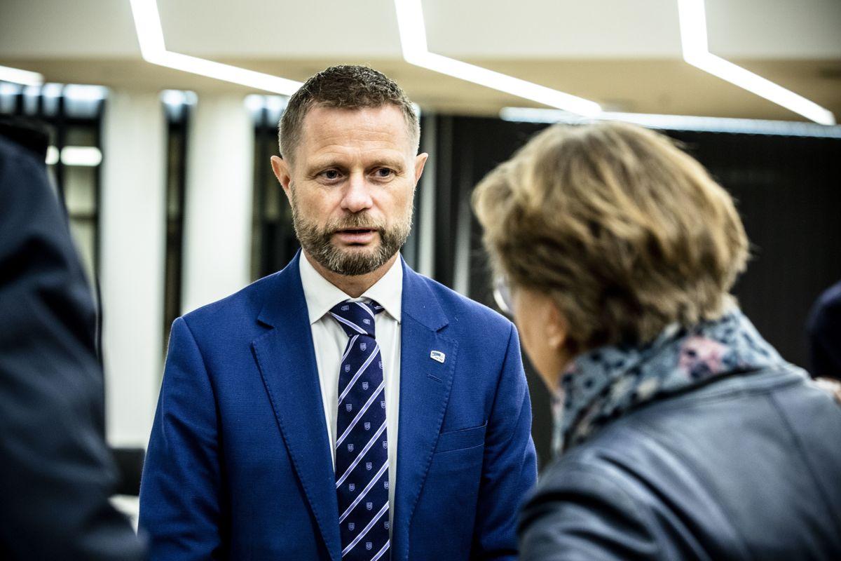 Helseminister Bent Høie sier det er på tide på bytte ut straff med hjelp.