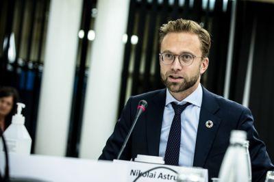 Kommunalminister Nikolai Astrup (H) vil tilpasse IKS-loven til den nye digitale hverdagen.