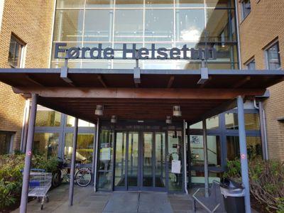 På Førde helsetun i Sunnfjord kommune er det ekstra strenge besøksregler for pårørende fra Oslo-området.