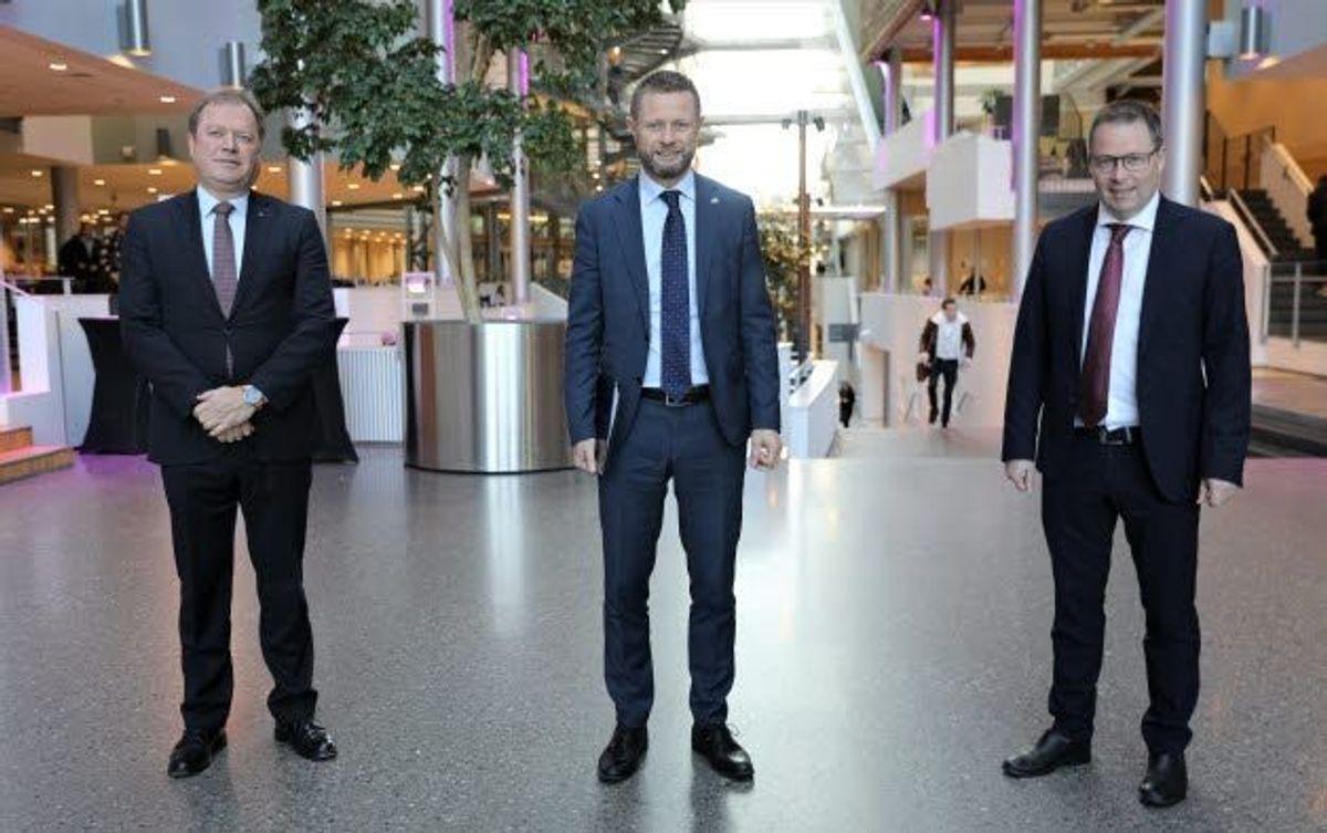 BI-rektor Inge Jan Henjesand (f.v.), helseminister Bent Høie (H) og KS-leder Bjørn Arild Gram under åpningen av topplederprogrammet.