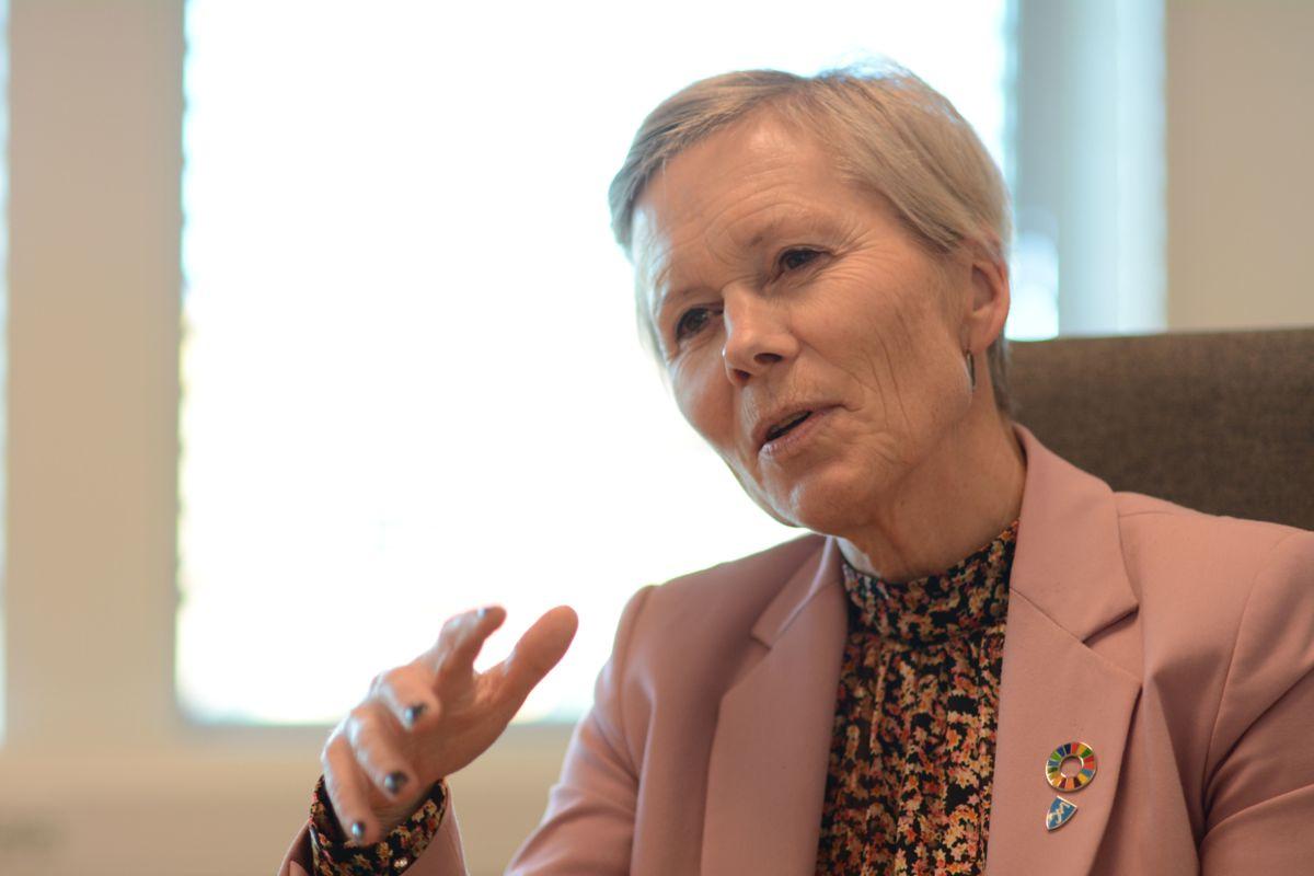 Kommunedirektør Inger Hegna i Aurskog-Høland anbefaler at sykepleiere kan gjøre færre praktiske oppgaver, og at sykehjemmene kan ta inn flere ufaglærte.