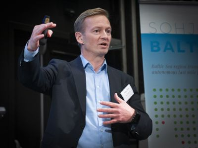 Leder for Stortingets transportkomité, Helge Orten (H) presiserer også at Stortingets mål om at det bare skal selges nullutslippsbiler i 2025 står fast.