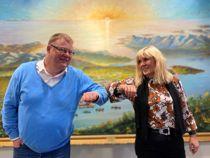 <p>Kommunedirektør Hugo Thode Hansen og ordfører Kari-Anne Opsal gjør en koronavennlig hilsen for å markere at Hansen har valgt å fortsette som toppleder i Harstad.</p>