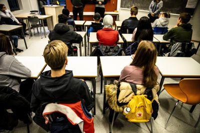 Helsedirektoratet vurderer å anbefale munnbind på skolene. Her fra Fjellsrud skole i Lørenskog kommune, der det allerede er påbudt å bruke munnbind innendørs på alle offentlige steder. Skolene er unntatt.