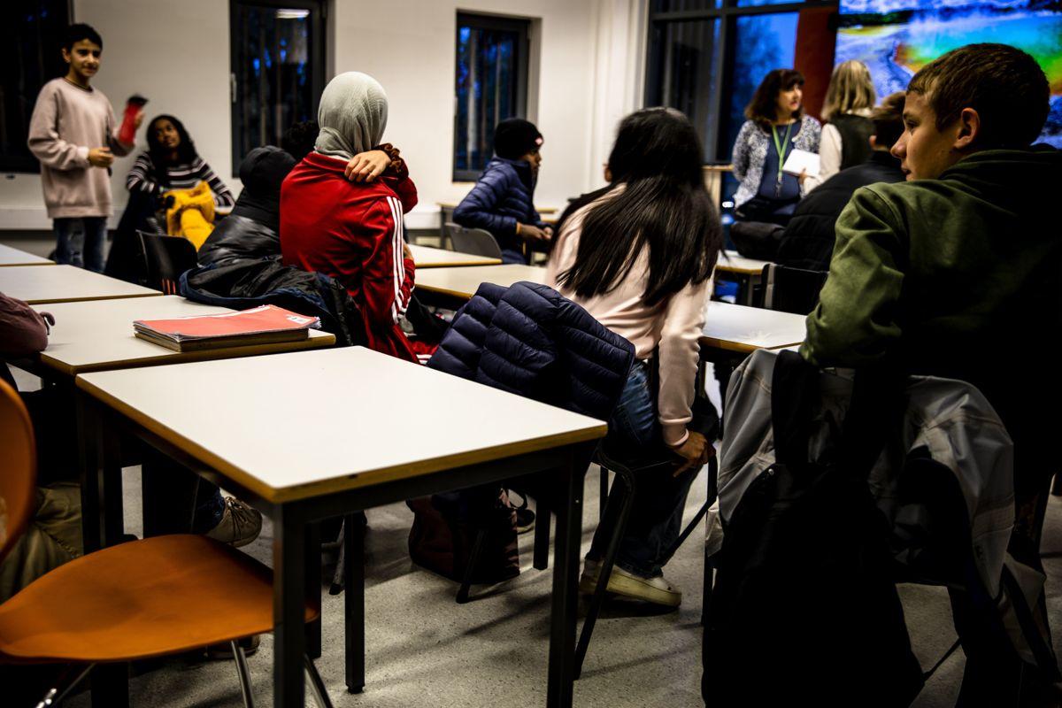 Skole er ett av områdene der kommunene vil kunne merke et regjeringsskifte fra blått til rødgrønt. Ap lover å gi kommunene mulighet til å ansette flere lærere, mens Sp vil gi kommunene en halv million i tilskudd per skole. Her fra en tidligere demokraticamp på Fjellsrud skole i Lørenskog.