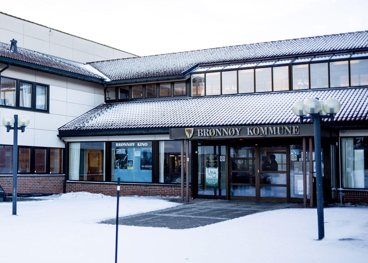 En rekke kommunale aktører skal møte i Brønnøy tingrett i et søksmål om korrupsjonsanklager. Den saksøkte er havnesjefen og haveforetakets advokat.