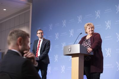 Helse- og omsorgsminister Bent Høie (H), barne- og familieminister Kjell Ingolf Ropstad (KrF) og statsminister Erna Solberg (H) la mandag fram nye nasjonale koronatiltak.