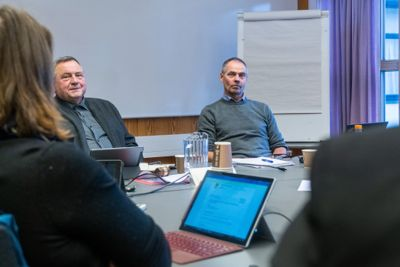 Ordfører Eilif Trælnes (Sp) og kommunestyret i Brønnøy har vedtatt å gå til oppsigelse av rådmann Helge Thorsen (t.h.).