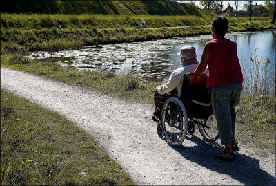 Statsråd Kjell Ingolf Ropstad er bekymret for at ensomme eldre mister møteplasser og isoleres hjemme, eller at de ikke får besøk når de er i livets siste fase.