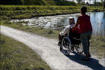 <p>Statsråd Kjell Ingolf Ropstad er bekymret for at ensomme eldre mister møteplasser og isoleres hjemme, eller at de ikke får besøk når de er i livets siste fase.</p>