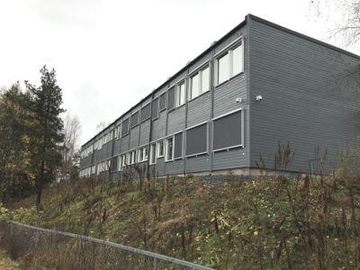 Svært mange kommuner bruker brakker i en periode for å øke kapasiteten ved skolene, som her ved en skole i Lørenskog. Det gir et stort marked for brukte brakker.