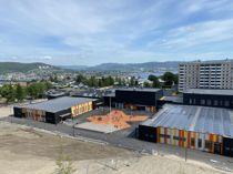 <p>Solcelle- og solfangeranlegg på taket av Fjell skole/Fjell arena (bibliotek, aktivitetshus og flerbrukshall) i Drammen. Solcellestrømmen brukes til å drive en varmepumpe, som lagrer varmen i brønnhull i fjellet, til bruk om vinteren.</p>