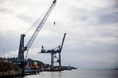 Landsstyret i KS ønsker en plan for å knytte jernbane- og veinettet tettere til havnene, slik at det blir enklere å benytte sjøtransport på deler av strekningen. Bildet er fra konteinerhavna i Moss havn.