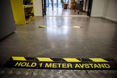 Klistermerker skal minne elever på Etterstad videregående i Oslo at de må holde avstand.
