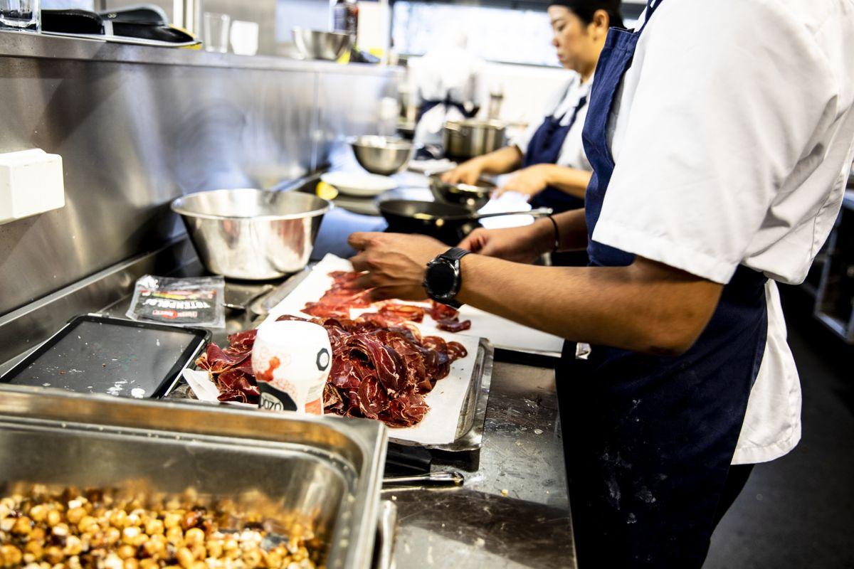 Det innføres nå en rett til læreplass eller et likeverdig tilbud for linjene der dette er en del av løpet. Dette bildet er hentet fra kjøkkenet på restaurant og matfag ved Etterstad videregående skole.