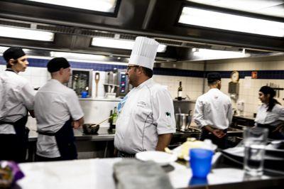 Fylkene er nærmest til å vurdere næringslivets behov for faglært arbeidskraft. Bildet er fra Etterstad videregående skole i Oslo, med lærer Bernhard Remvik blant kokkeelever.