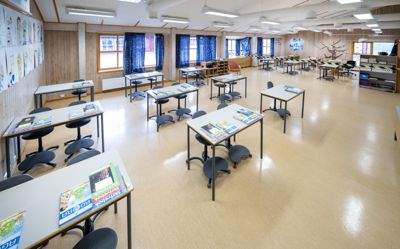Det var mandag koronasmitte på minst 140 skoler over hele landet.