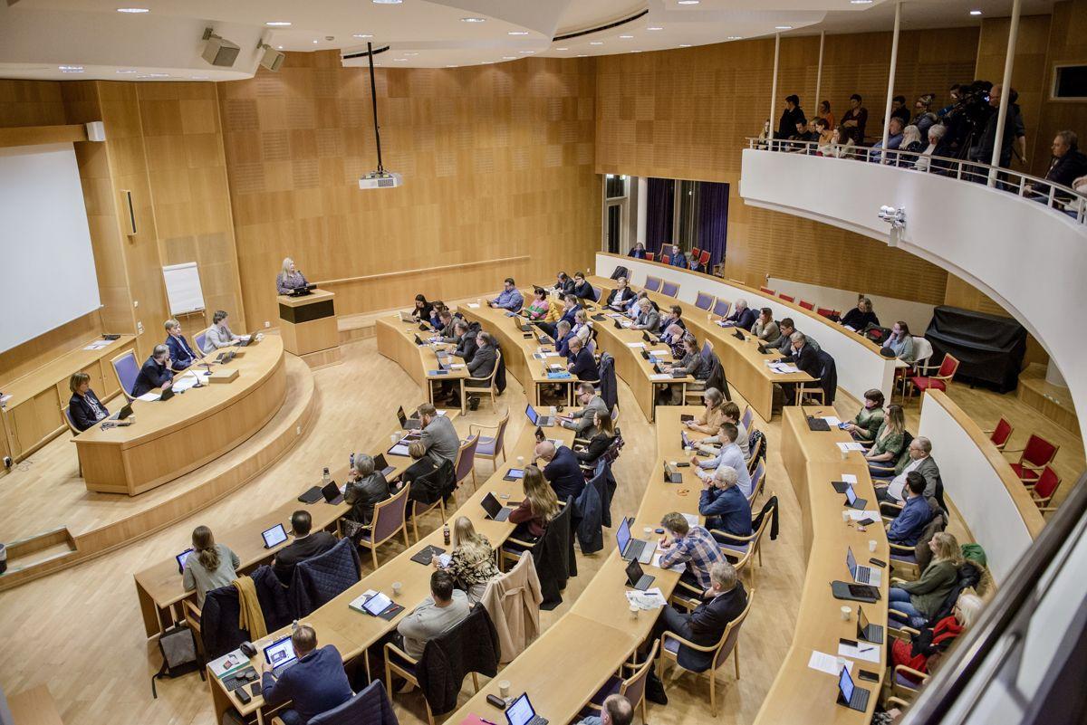 På tross av den formelle styringsmodellen – formannskapsmodellen – har norske kommunestyrer utviklet seg til politiske markedsplasser hvor verv og posisjoner byttes mot politisk innhold og innflytelse, skriver Asbjørn Røiseland.