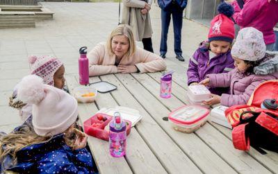 Kunnskaps- og integreringsminister Guri Melby (V) og regjeringen vil innføre en ny vurdering av barnehagebarns norskkunnskaper.