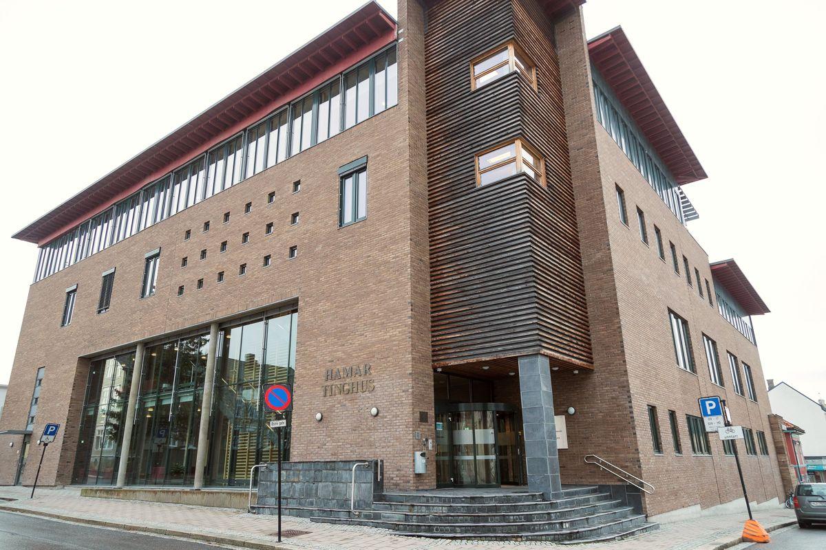 Den andre siktede i bedragerisaken mot Tana kommune er fortsatt fengslet. I Hedmark tingrett uttalte han i forrige uke at han tilstår alt.