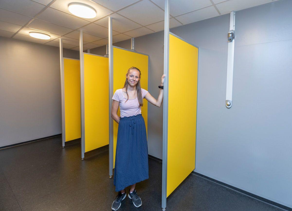 KLAR TALE: Skillevegger i dusjen var et sterkt ønske fra mange av elevene. Og slik ble det, fastslår medlem i elevrådet, Eline Byre. (Foto: Fredrik Naumann/Felix Features)