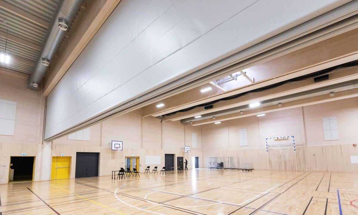 SKILLEVEGG: Tre slike skillevegger deler hallen. I motsetning til skilleveggene i den gamle gymsalen, slipper ikke lyd gjennom disse. (Foto: Fredrik Naumann/Felix Features