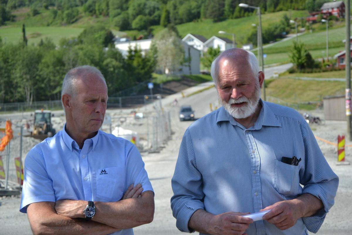 Her er Jan-Yngvar Kiel (til venstre) og Jon P. Husby fotografert mens de ennå var rådmann og ordfører i Skaun. Mot slutten av Husbys periode var samarbeidet preget av mistillit og konflikt.