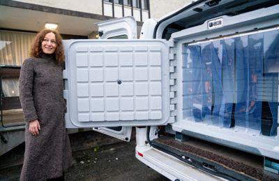 Vaksineutstyr Oslo 20201217. Direktør ved Folkehelseinstituttet Camilla Stoltenberg ved en av bilene som skal brukes til transport av koronavaksinen når den ankommer Norge.