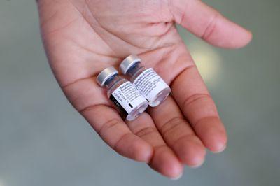 Pfizer-Biontech-vaksinen ble mandag kveld formelt godkjent for bruk i EU og Norge.