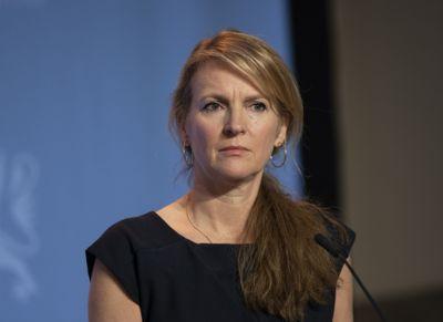 – Selv om mye fortsatt er ukjent om denne varianten av koronaviruset, er det nødvendig å være årvåken. Vår høyst foreløpige vurdering er at varianten utgjør en risiko også for Norge, sier avdelingsdirektør Line Vold i Folkehelseinstituttet.