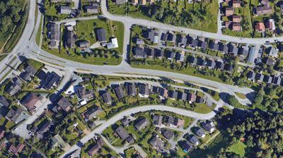 Snuplassen til høyre i bildet er planlagt utvidet for å gi plass til busser og en hvilebrakke for sjåfører. Men naboer frykter økt trafikk vil gi mer støy og utrygge trafikkforhold for barn og unge.